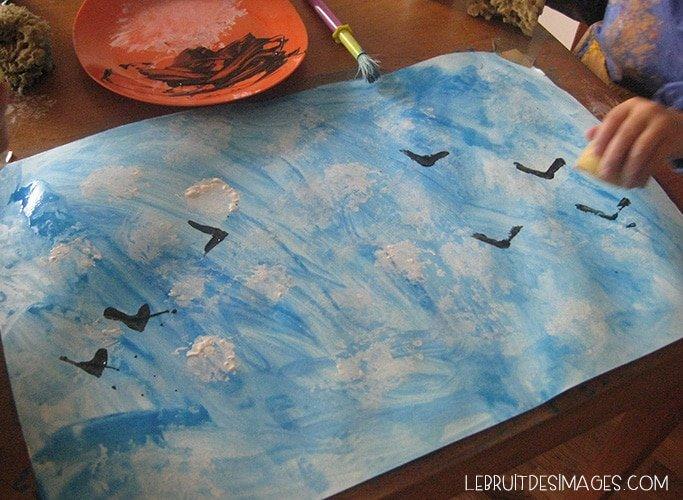 L'atelier peinture des enfants : ciel, nuages et oiseaux